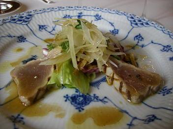 近海産シビマグロのマリネ サラダ仕立て 愛野産ポテトのパイユ添え