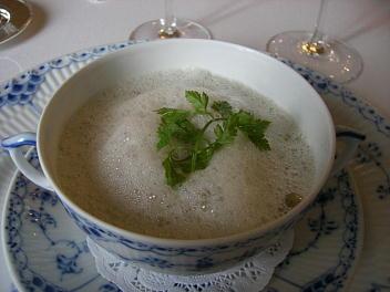 九十九島牡蠣と平戸産椎茸のクリームスープ セルフィーユの香り カプチーノ仕立て