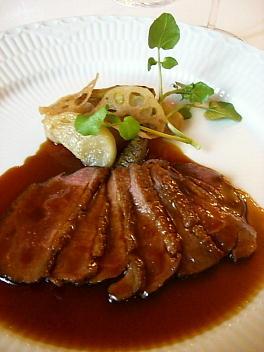 ヴァンデ産鴨胸肉のロティ スパイス風味のソース 季節の野菜添え
