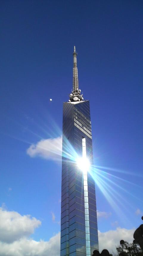 寒いけど陽に照らされてピッカーン!な福岡タワー