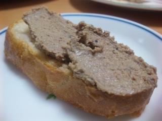 レバーパテをパンに塗って