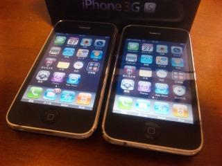 左はiPhone 3G 16GB Black、右はiPhone 3G S 32GB Black