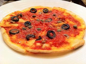アンチョビとオリーブのシンプルピザ