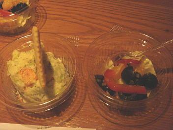 ポテトサラダ、ブラックオリーブ、パプリカ、キャベツのピクルス