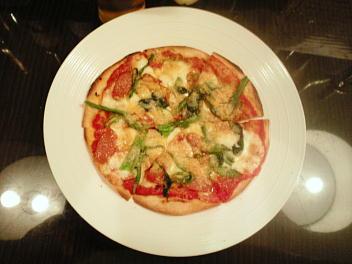 チョリソー・モッツァレラ・ニンニクのピザ
