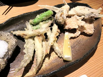 (手前)新カナギ天ぷら、(奥)アジ刺の後作り・天ぷら